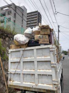 各トラックへ粗大ゴミ等を積んでおります。
