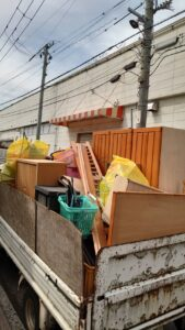 1tトラックへ不用品を積んでおります。