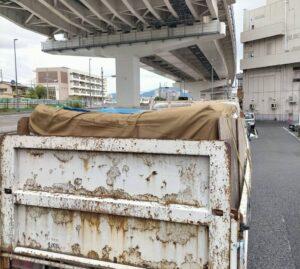 1tトラックへ粗大ゴミを積んでおります。